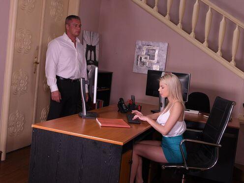 Секретарша делает минет и ебется со зрелым начальником в офисе
